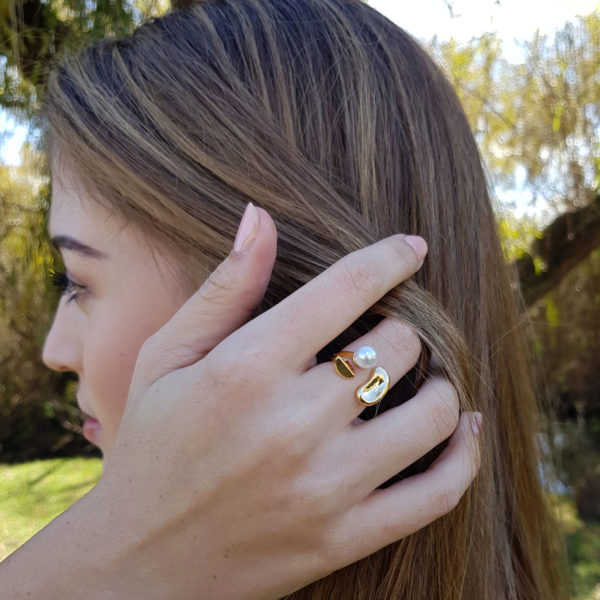 Adjustable Inlaid Pearl Costume Ring In Gold